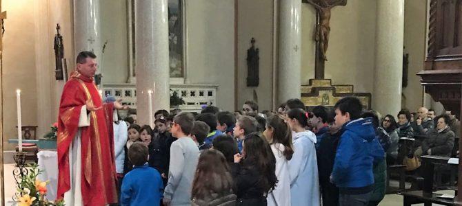 La Comunità di Carciano ha oggi reso omaggio a S. Biagio patrono della parrocchia. Nella foto: il parroco don Gian Luca ed i giovani del catechismo animano il canto finale della S. Messa