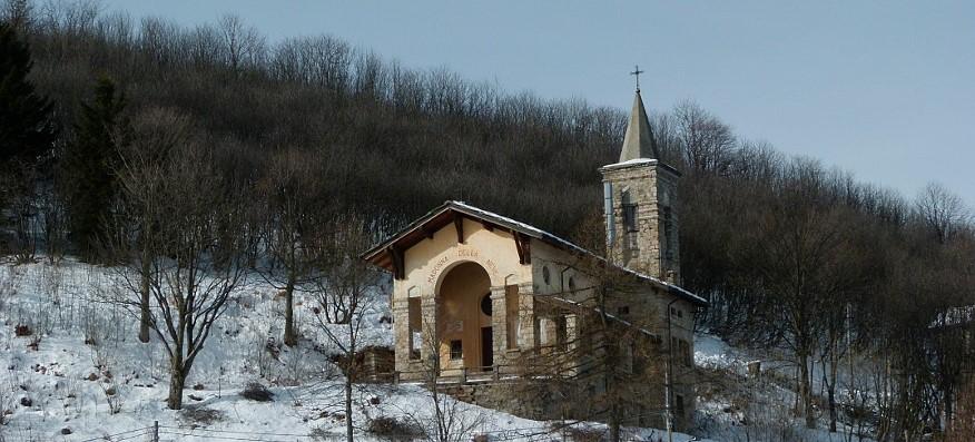La Madonna della Neve del Mottarone accolga tra le sue braccia materne le vittime del disastro, in particolare i due bambini, ed aiuti il piccolo gravemente ferito