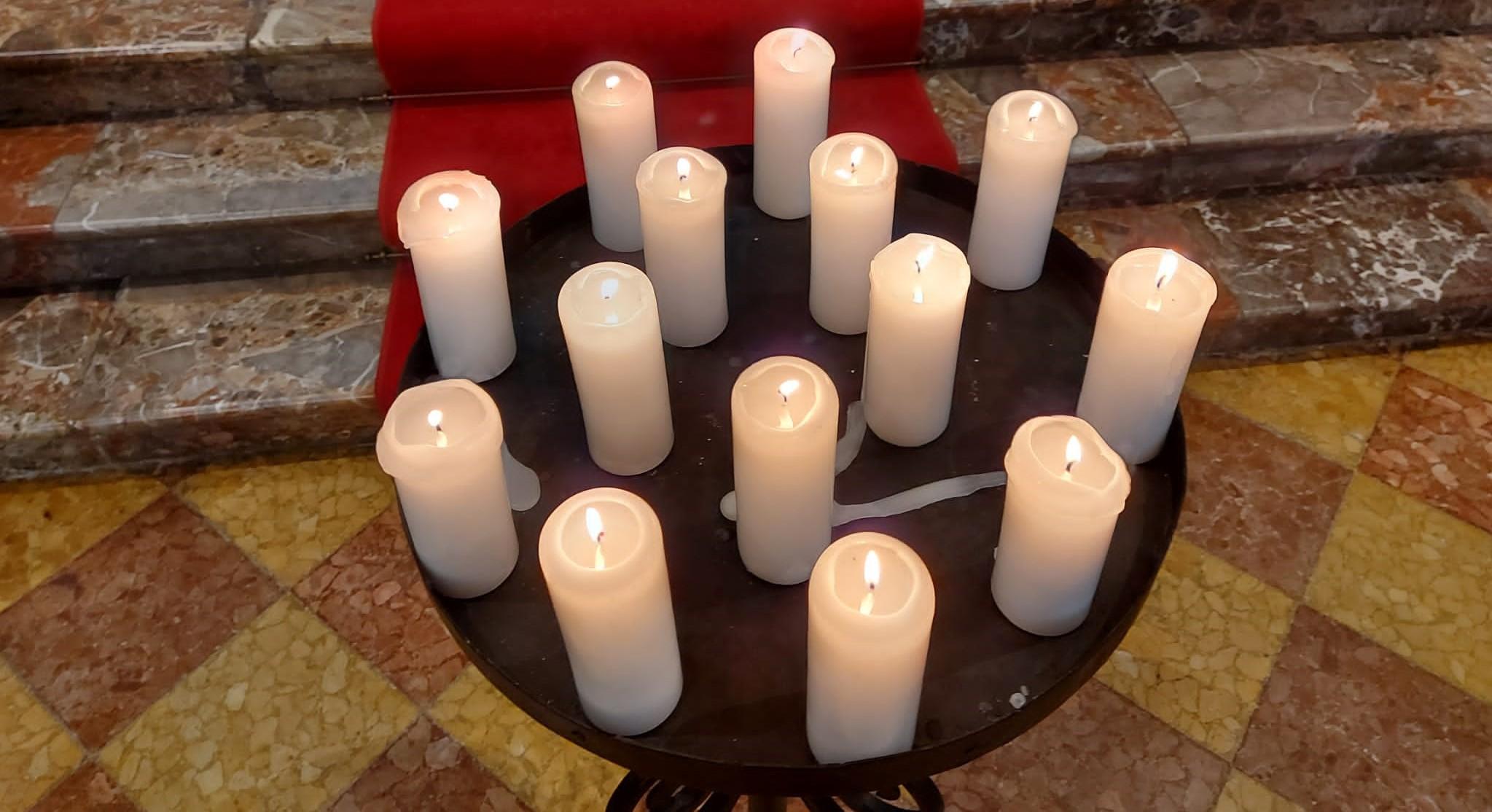 14 ceri in ricordo delle vittime della tragedia della funivia Stresa-Mottarone